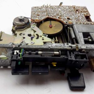 Autoradio s kazet.přehrávačem s mechanickými předvolbami – na součástky